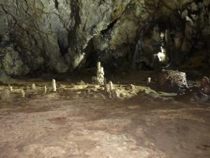 interior pestera, stalactite, stalagmite