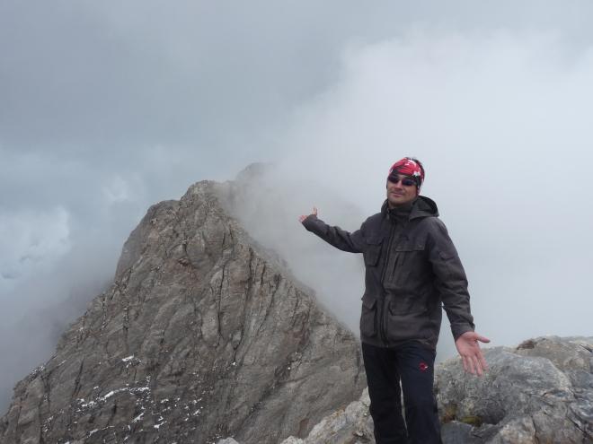 Vf. Skala (2866 m). În spate, jumătate acoperit, se înalţă Varful Mytikas, 2919 m, cel mai înalt pisc al Olimpului. Pentru mine, azi, 8 iunie 2013, intangibil.