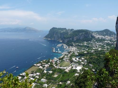 Capri, in dreapta, si portul principal al insulei